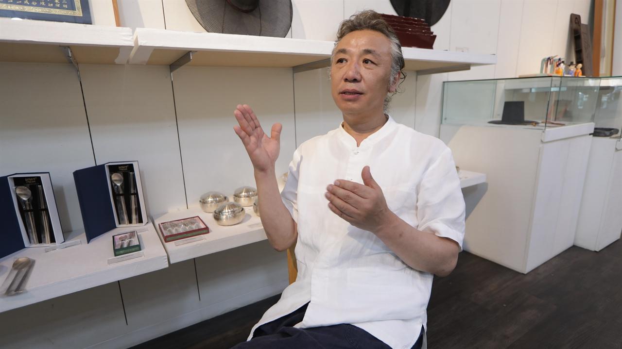 박종군  국가무형문화재기능협회 이사장 무형문화재 정책의 문제점에 대해 인터뷰하고 있다.