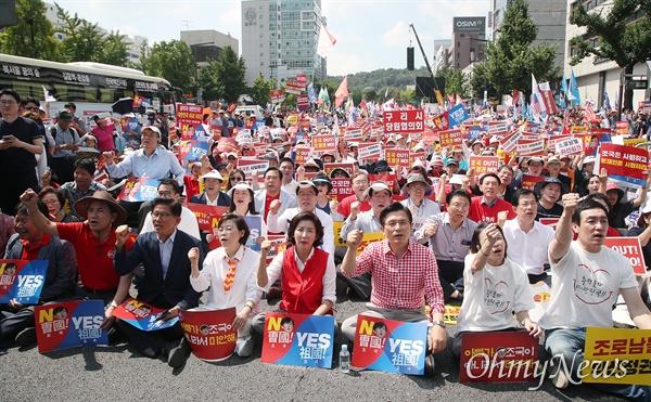 자유한국당 황교안 대표와 나경원 원내대표를 비롯한 지지자들이 31일 오후 서울 종로구 사직공원 앞에서 열린 '살리자 대한민국! 문재인 정부 규탄 집회'에 참석해 조국 법무부 장관 후보자의 자진사퇴와 지명 철회를 요구하고 있다.