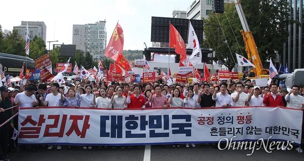자유한국당 황교안 대표를 비롯한 지지자들이 31일 오후 서울 종로구 사직공원 앞에서 열린 '살리자 대한민국! 문재인 정부 규탄 집회'에 참석해 조국 법무부 장관 후보자의 자진사퇴와 지명 철회를 요구하며 청와대로 행진을 벌이고 있다.
