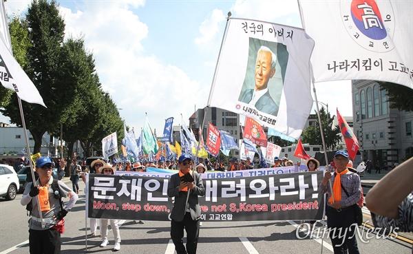 31일 오후 서울 종로구 사직공원 앞에서 열린 '살리자 대한민국! 문재인 정부 규탄 집회'에 참석한 자유한국당 지지자들이 조국 법무부 장관 후보자의 자진사퇴와 지명 철회를 요구하며 청와대로 행진을 벌이고 있다.