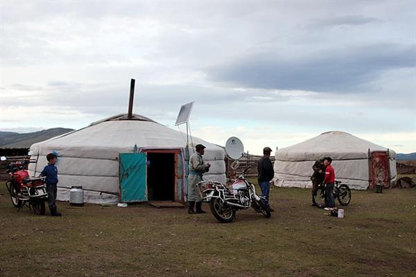 몽골 유목민들의 집인 게르 앞에 가족들이 나와서 일행을 반갑게 맞이해줬다.