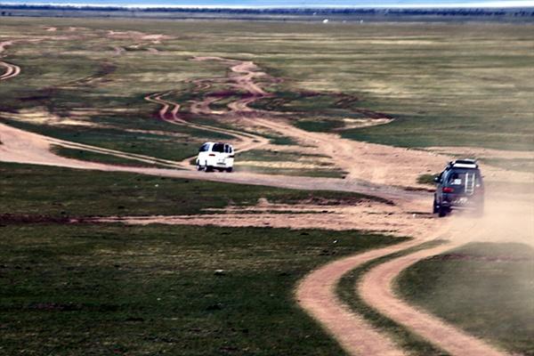 몽골초원을 달리는 차량들. 몽골초원은 특별한 길이 있는 게 아니라 먼저 달린 차량의 바퀴자국을 따라 달리면 된다. 몽골초원에는 10여 개의 길이 있기도 했다.