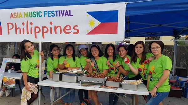 이날 축제에는 베트남을 비롯해 태국, 우즈베키스탄, 중국, 필리핀 등 모두 10여 개 나라에서 참가했다.필리핀 이주여성들이 손 하트를 들어 보이고 있다.