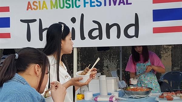 31일 오후 홍성에 거주하는 이주여성과 이주노동자들이 함께 만든 '아시아 뮤직 페스티벌'이 열린 가운데, 각 나라별 음식 솜씨들 뽑냈다.