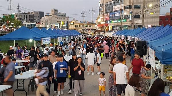무더위를 시원하게 날려 보내고 가장 아름다운 가을이 성큼 다가오고 있는 8월의 마지막 날, 홍성 하상주차장에 모인 이주여성과 이주노동자 등 500여 명은 즐거운 시간을 보냈다.