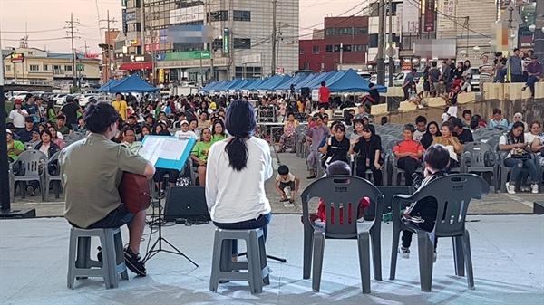 이날 행사에는 홍성 문화예술인들의 축하공연과 지역민들의 찬조공연이 이어지면서 많은 박수를 받았다.