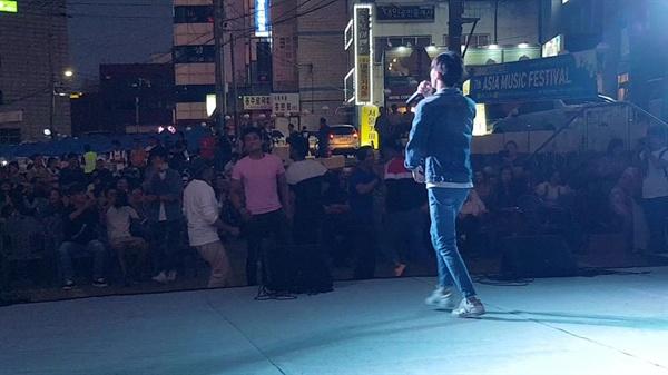 홍성에서 생활한 지 1년 됐다는 한 네팔 출신 이주노동자가 노래를 부를 때는, 동료들이 무대 앞까지 나와 춤을 추는 등 모처럼 고향노래에 흠뻑 빠졌다.