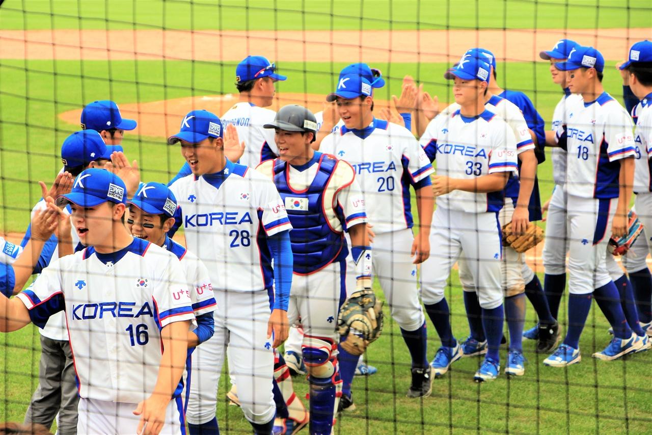 """""""이겼다"""" 제29회 WBSC U-18 야구월드컵에서 한국 청소년 대표팀이 캐나다를 8-5로 꺾고 하이파이브하고 있다."""
