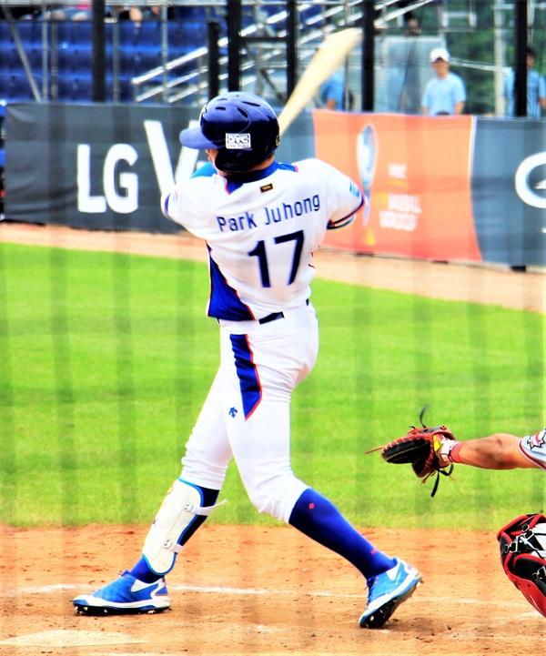 1일 열린 캐나다와의 경기에서 박주홍 선수가 스윙하고 있다.