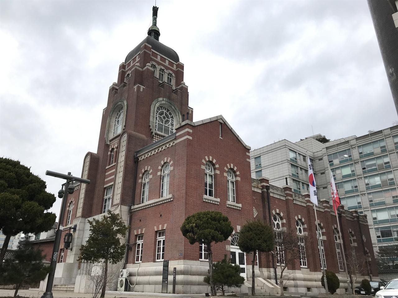 천도교 중앙대교당 1918년 공사를 시작해서 1921년 완공된 천도교 대교당. 건물 완공에 오랜 시간이 걸린 이유는 천도교가 건축을 위해 모은 돈을 3.1 만세운동 자금으로 사용했기 때문이다. 이 건물은 명동성당, 조선총독부 건물과 함께 식민지 경성의 3대 건축물로 꼽혔다. 설계자는 일본인 나카무라 요시헤이(中村興資平). 세제션(Secession) 스타일 건축물로 알려져 있다.