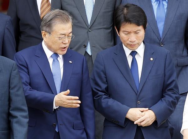 동남아 3개국 순방길에 오르는 문재인 대통령이 1일 오후 서울공항에서 더불어민주당 이인영 원내대표와 대화를 나누며 이동하고 있다.