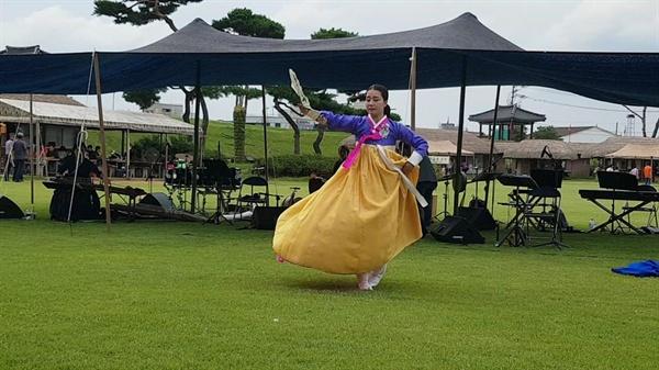 가을로 들어서는 9월의 첫 주말을 맞은 1일 오후, 서산 해미읍성에서는 승무를 비롯해 우리 전통춤과 퓨전 국악이 만났다.
