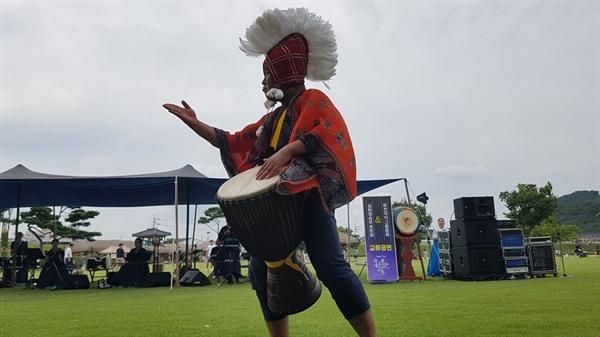 아프리카 전통 민속타악기인 젬베는 우리 국악기인 북소리와 묘한 조화를 이루면서, 관객들과 소통하며 신명 난 무대를 만들어 냈다.