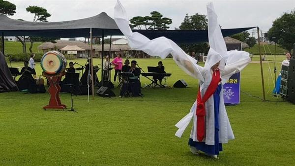 퓨전국악그룹 '풍류'의 연주에 맞춰 승무를 선보이고 있다.