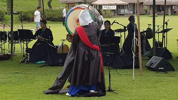 '심화영류 승무' 전수조교인 이애리 씨가 역동적인 법고를 두드리는 창작 바라춤을 공연하고 있다. 게다가 승무에 퓨전음악그룹 '풍류'의 연주가 더해지면서, 관광객들은 잠시도 눈을 떼지 못하는 등 가장 많은 박수를 보냈다.
