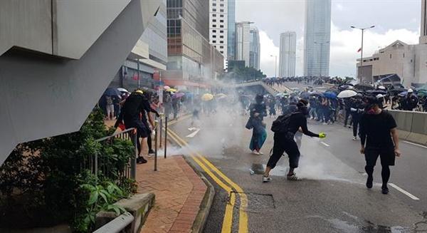 31일 홍콩 정부청사 옆에서 송환법 반대 시위를 벌이는 시민들 옆으로 최루탄이 떨어지고 있다. 2019.9.1