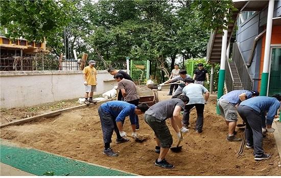 지난 2017년 9월 해와달어린이집 시설소위에서 활동하는 아빠들이 아이들이 뛰노는 마당에서 오래된 흙을 새 흙으로 갈아주는 작업을 하고 있다.