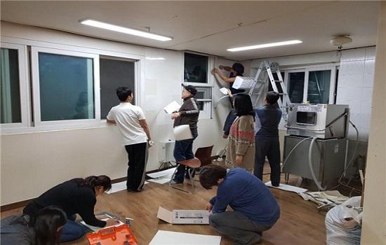 해와달어린이집 학부모들이 비용 절감을 위해 직접 주방 리모델링 공사를 하는 모습. 팀을 구성해서 설계안 작성, 공사, 정리 등을 5개월 동안 진행했다.