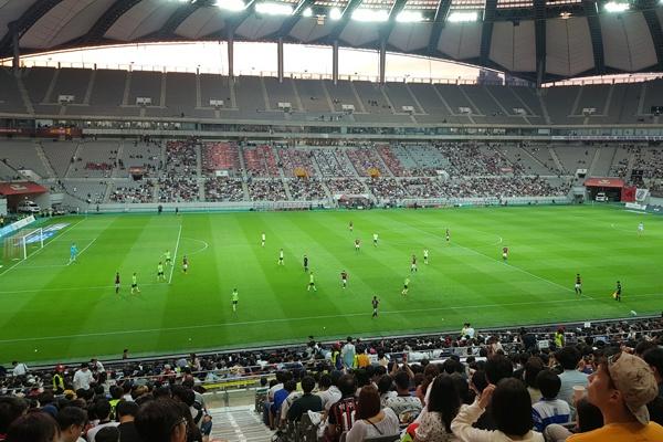서울vs전북 '전설매치'로 열린 서울과 전북의 경기를 보기 위해 약 25000명이 서울월드컵경기장을 찾았다.