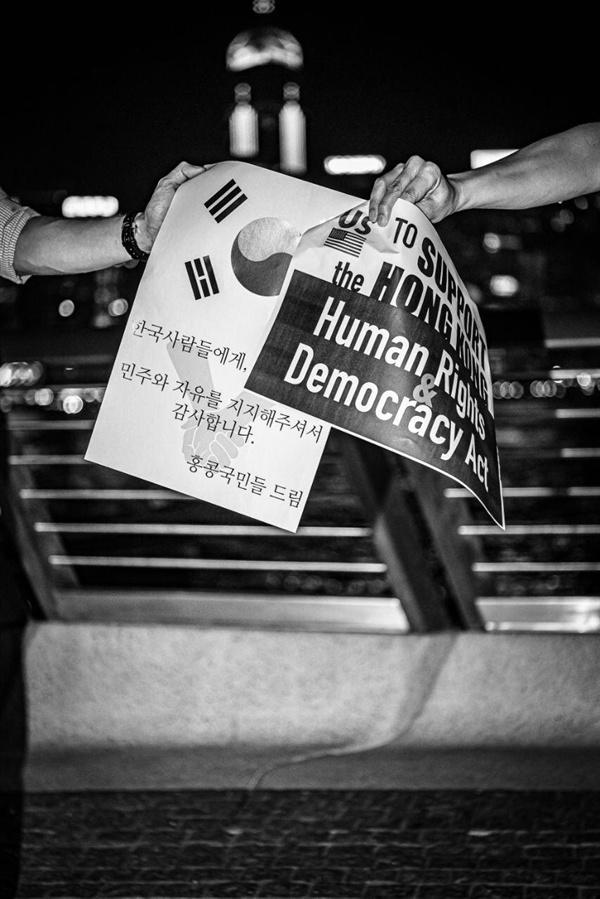 홍콩 민주화 시위 현장에서 뿌려진 전단지에는 '홍콩의 민주와 자유를 지지해주셔서 한국국민에게 감사합니다'라는 내용이 적혀있다.