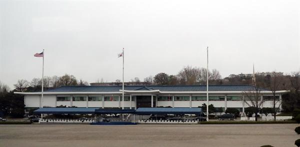 주한미군사령부 서울 용산 주한미군기지내의 주한미군사령부. 한미연합사령부는 한·미 부대의 작전통제를 위한 조직이다. 한미연합사령부가 사용하고 있는 건물은 1970년대 지어진 건물로 미군시대의 상징적 시설 중 하나이며, 1970년대 한국 근대 건축양식의 특징을 잘 보여주고 있어 중요도가 높은 건축물이다. 2019.4.10