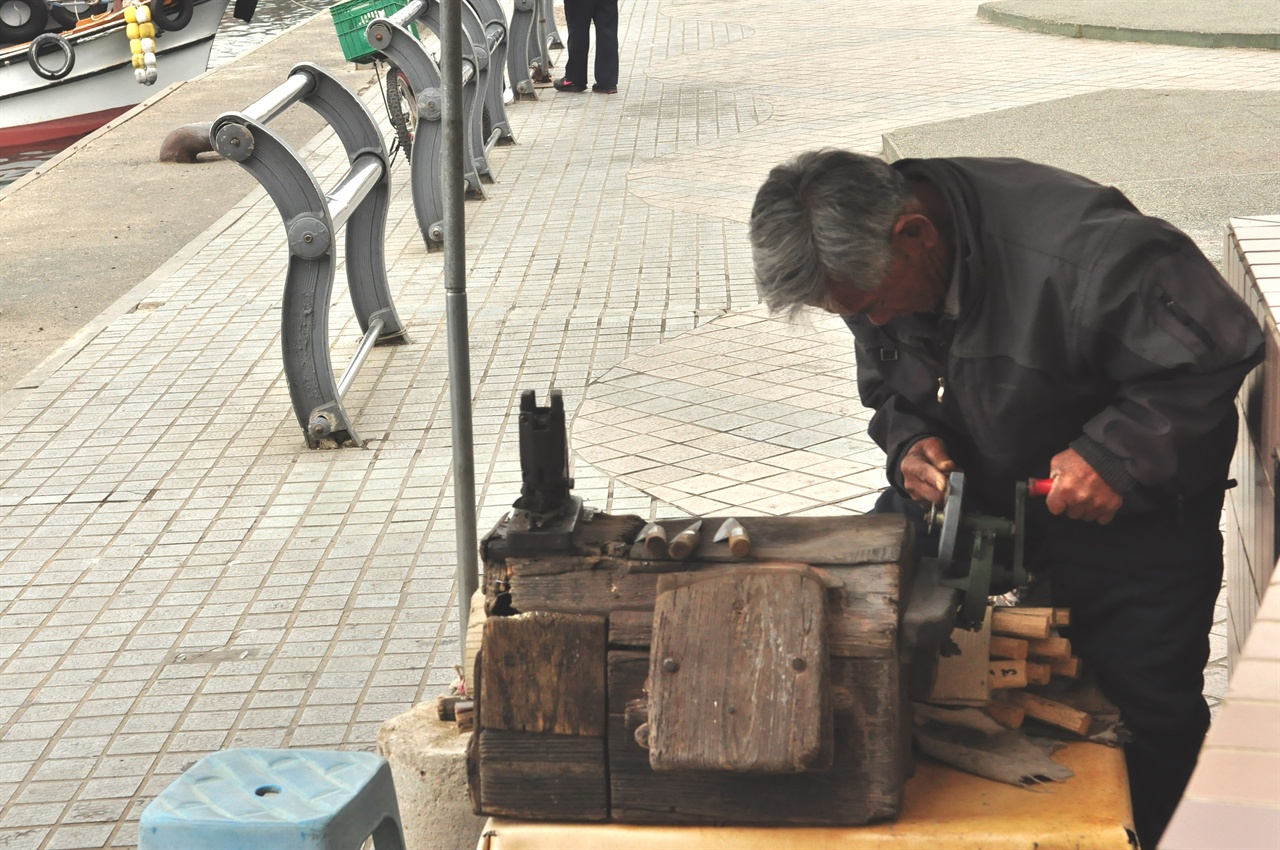 10여 년 전쯤 카메라에 담은 할아버지의 모습. 작업대 위에는 수십 년 세월을 할아버지와 함께한 낡은 연장통이 늘 놓여 있었다.