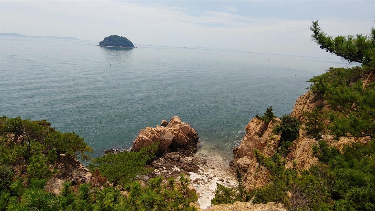 해녀섬.  소무의도 남쪽 해사에 있으며, 옛날 전복을 따던 해녀들이 쉬었던 섬이라고 해서 그런 이름이 붙었다고 한다.