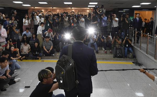조국 법무부장관 후보자가 2일 오후 서울 여의도 국회에 기자회견을 하기 위해 도착, 취재진 앞에 서서 간단하게 입장을 밝히고 있다.