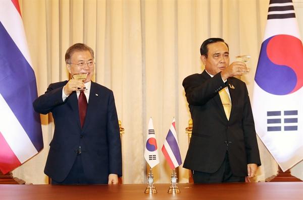 문재인 대통령이 태국 쁘라윳 짠오차 총리와 2일 방콕 총리실 청사에서 정상회담 및 각 부처 MOU 체결 후 건배를 하고 있다.