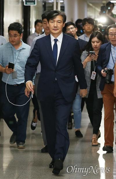 조국 법무부장관 후보자가 2일 오후 국회에서 열리는 기자간담회에 참석하기 위해 도착했다.