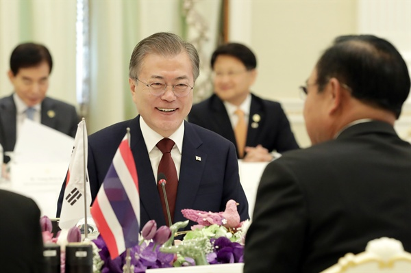문재인 대통령이 2일 오전(현지시간) 태국 총리실 청사에서 쁘라윳 총리와 정상회담을 하고 있다.