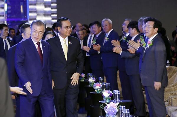 태국을 공식방문 중인 문재인 대통령과 태국 쁘라윳 짠오차 총리가 2일 오후 방콕 시내 인터콘티넨탈 호텔에서 열린 한-태 비즈니스 포럼에 참석하기 위해 입장하고 있다.