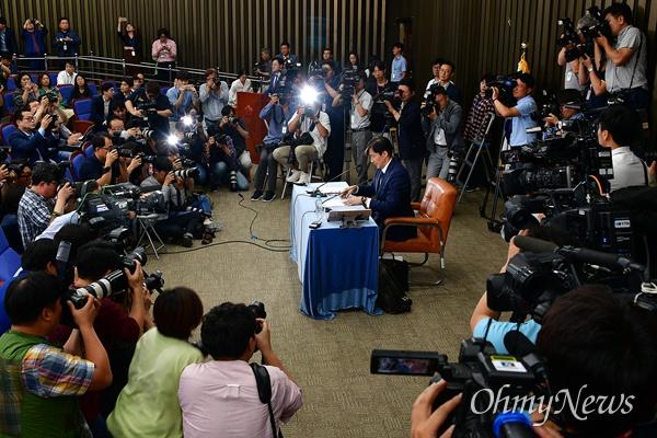 2일 오후 국회에서 조국 법무부장관 후보자 기자간담회가 진행되고 있다.