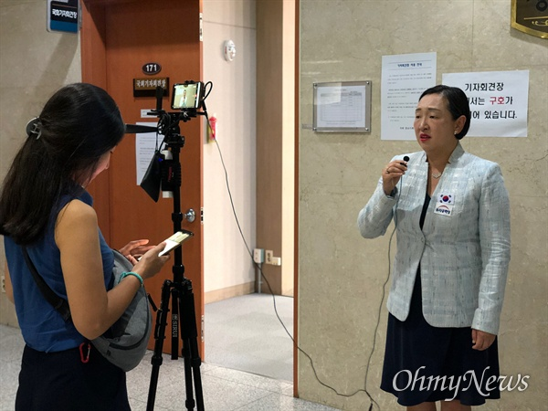 인지연 우리공화당 수석대변인이 국회 정론관에서 기자회견을 마친 뒤 자당 유튜브 공식 채널과 백브리핑하고 있는 모습.