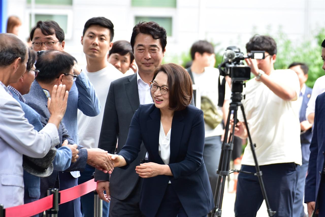 선고공판에 출두하며 지지자들과 인사하는 은수미 성남시장