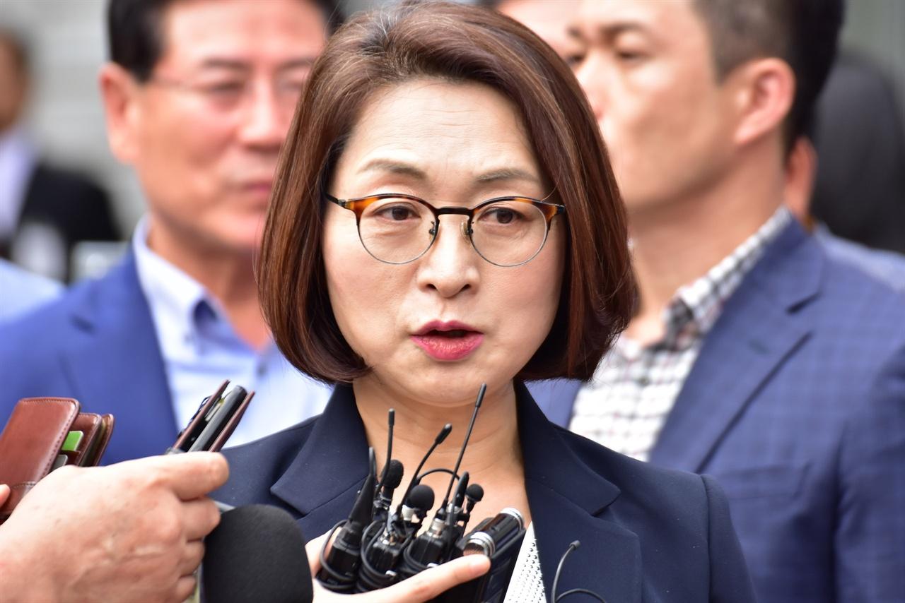 선고공판이 끝난 뒤 취재진에 말하고 있는 은수미 성남시장