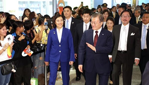 태국을 공식방문 중인 문재인 대통령이 2일 오후(현지시간) 방콕 센트럴월드 쇼핑몰에서 열린 '브랜드K 론칭쇼'에 박지성 홍보대사, 박영선 중소벤처기업부 장관 등과 입장하고 있다.