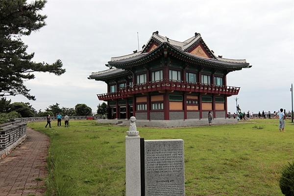 심청전의 배경무대인 인당수가 가까이 있기 때문에 세워진 심청각에서 관광객들이 북한을 바라보고 있다.