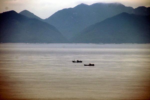 백령도와 북한 장연군 사이 비무장지대에서 조업 중인 중국어선들. 많을 때는 백령도에서 연평도까지 1000여척이 들어와 조업한다고 한다. 배 뒤쪽에 보이는 산들이 북한 장연군에 속한 산이다.