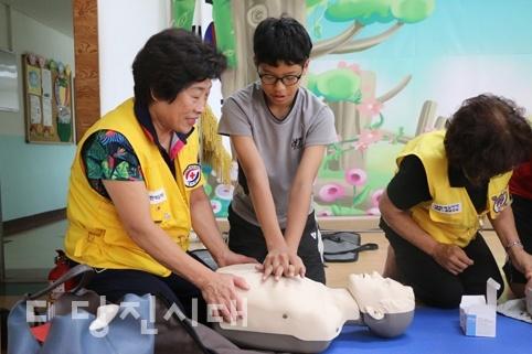 당진 대호지면에서 열린 이동복지관에서 심폐소생술을 가르치고 있는 적십자 회원들