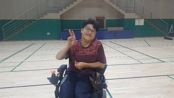 안산 빅토리 보치아 진영균 선수  사진을 찍고 있는 진영균 선수이다.