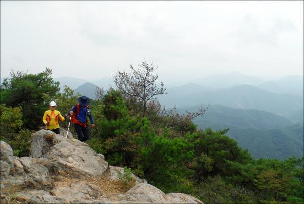 물굴봉에서 진악산 주봉인 관음봉(732.3m)으로 가는 길에서.