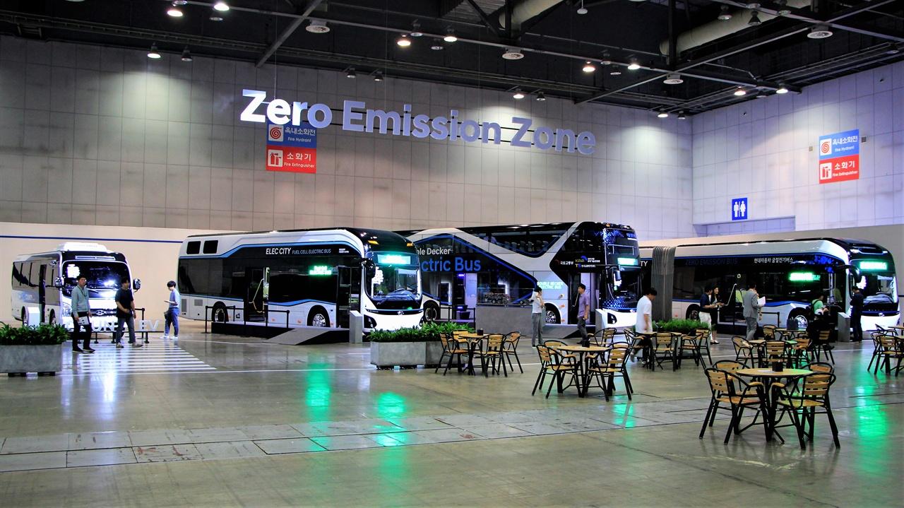 버스섹션에 전시된 차량들. 왼쪽부터 카운티 일렉트릭, 일렉시티 수소전기버스, 2층 전기버스, 일렉시티 굴절버스.