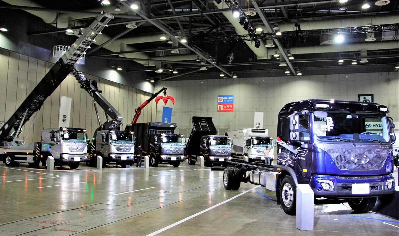 현대 트럭&버스 비지니스페어 현장에서 공개된 파비스의 모습. 파비스의 뒤로는 5종의 특장차가 전시되어 있다.