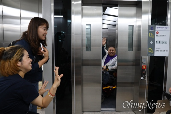 서울장애인차별철폐연대 회원들이 3일 오후 서울 광화문 역사에서 '광화문역 엘리베이터 완공 환영식'을 열고 새로 개설된 엘리베이터를 이용하고 있다.