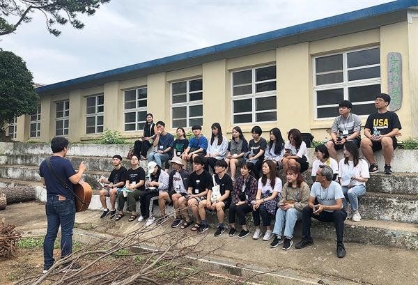 전남 신안군 도초도 옛 서초등학교 터에 '섬마을인생학교'는 둥지를 틀 예정이다. 서울 청년인생설계학교 청년들이 섬마을인생학교가 들어설 터에서 프로그램을 진행하고 있다.