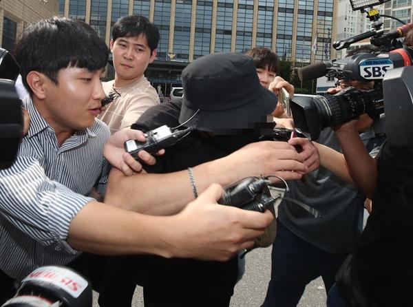 조사 마친 '일본 여성 욕설·폭행' 영상 속 남성 한국인 남성이 국내에서 일본인 여성을 위협하고 폭행하는 정황이 담긴 동영상과 사진이 인터넷에서 퍼져 논란이 확산한 가운데 경찰이 영상 속 피의자의 신병을 확보했다. 2019년 8월 24일 오후 서울 마포경찰서에서 조사를 마친 남성이 경찰서를 나서고 있다.
