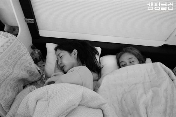 핑클 멤버들은 서로 다른 삶의 방식들을 존중하며 캠핑을 한다.