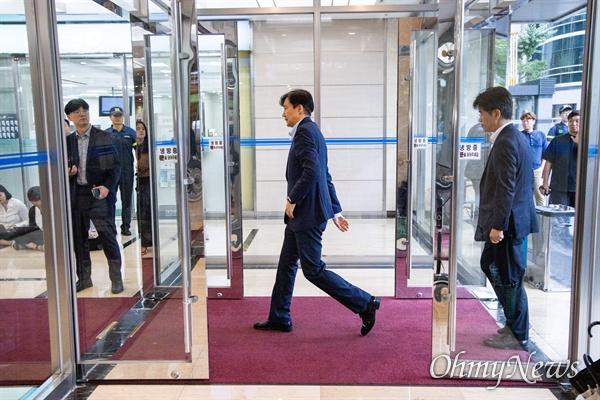 법무부 장관 후보자 조국 전 청와대 민정수석이 4일 오후 서울 종로구 인사청문회 준비 사무실이 마련된 건물로 들어서며 입장을 발표하고 있다.