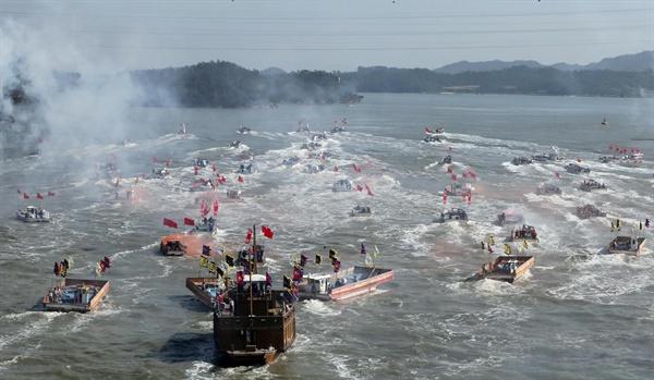 명량대첩 때 13대 133의 해상전투 재현 장면. 지난해 가을 전라남도가 연 명량대첩축제 때 모습이다.